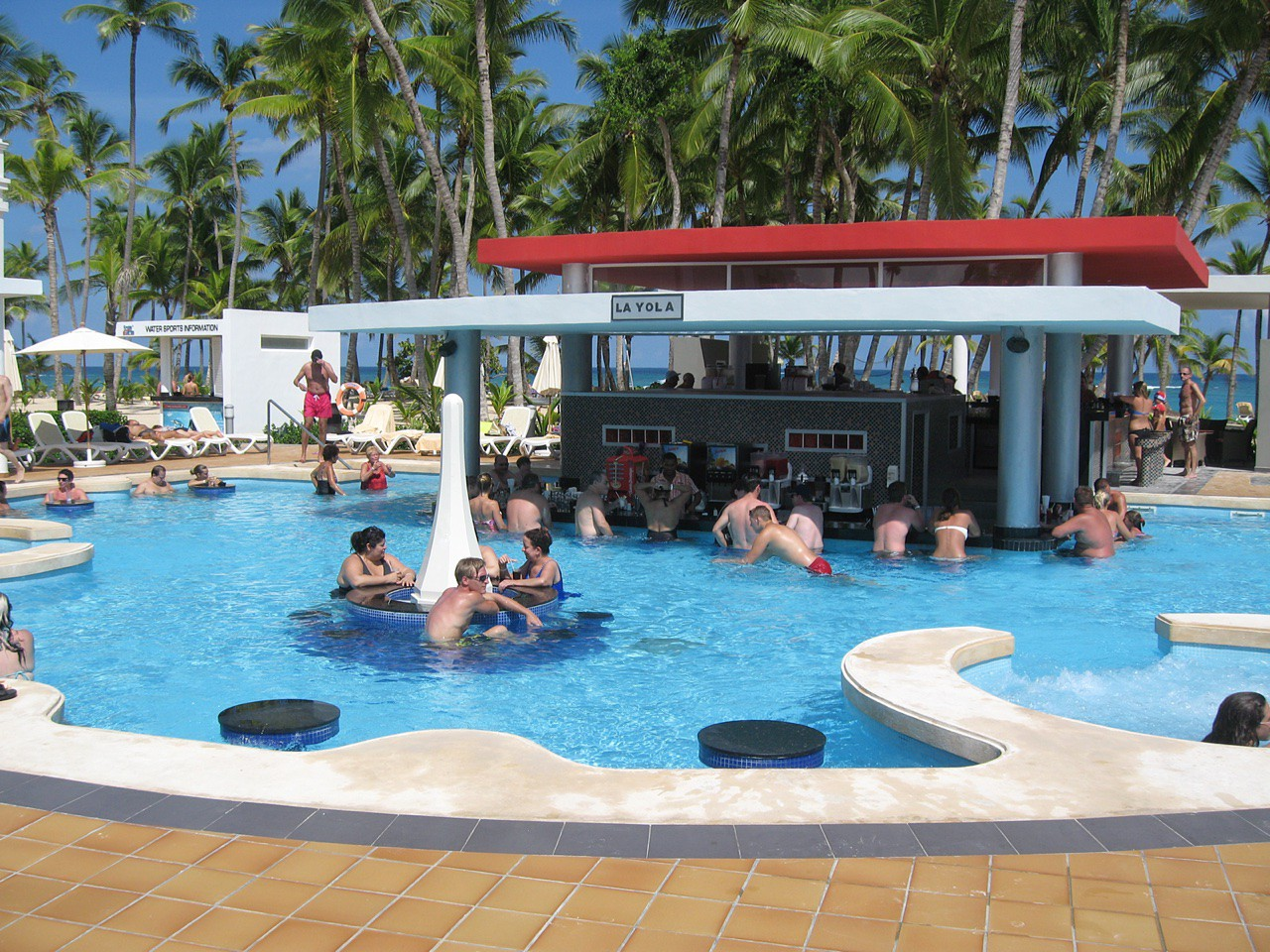 riu-palace-bavaro-swim-up-bar-la-yola
